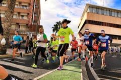 Санта Pola, Испания 20-ое января 2019: Бегуны в половинном марафоне рыбацкого поселка Санта Pola, провинции Аликанте, на a стоковые фото