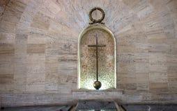 САНТО ДОМИНГО, ДОМИНИКАНСКАЯ РЕСПУБЛИКА - католический крест на каменной стене в католической церкви Стоковые Фотографии RF