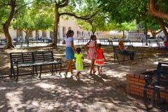 Санто Доминго, Доминиканская Республика Жизнь улицы и взгляд Calle el Conde и колониальной зоны города Санто Доминго Стоковые Изображения