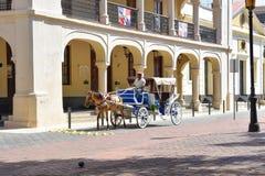 Санто Доминго, Доминиканская Республика Укомплектуйте личным составом управлять лошад-нарисованным экипажом в колониальной зоне о Стоковые Изображения