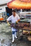 САНТО ДОМИНГО, ЭКВАДОР - 15-ОЕ АПРЕЛЯ 2010: Неопознанное sellin человека Стоковое Изображение RF