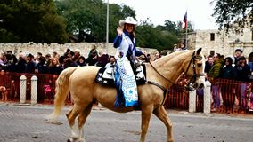Сан Антонио, Техас США - 3-ье февраля 2018: Госпожа Rodeso Техас едет лошадь за Alamo видеоматериал