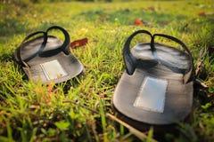 Сандалии на зеленой траве Стоковая Фотография