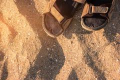 Сандалии на предпосылке песка стоковая фотография rf