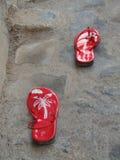 Сандалии пляжа T-ремня женщин плоские стоковое изображение rf