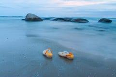 Сандалия на пляже стоковые изображения rf