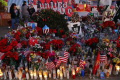 Сан Бернардино, CA 17-ое декабря 2015, мемориал a временный на внутреннем областном центре (IRC) в Сан Бернардино, CA Сан Бернард Стоковые Фотографии RF