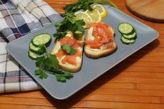 Сандвичи белого хлеба с красными рыбами и маслом Стоковые Фотографии RF