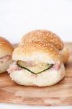 Сандвичи бургера на деревянной доске Стоковые Фотографии RF