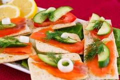 сандвичи изолированные предпосылкой salmon белые Стоковые Изображения