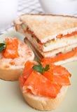 Сандвичи и канапе с семгами стоковое изображение rf