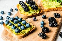 Сандвичи с авокадоом и ягодами vegetarian еды здоровый Стоковые Изображения RF