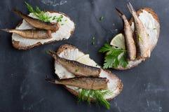 Сандвичи с шпротинами или сардинами стоковая фотография rf