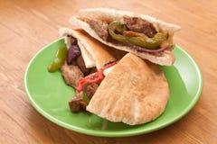 Сандвичи хлеба пита с мясом и овощами Стоковая Фотография RF