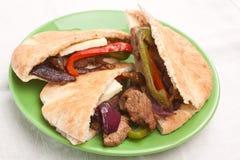 Сандвичи хлеба пита с мясом и овощами Стоковое Изображение