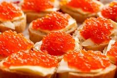 Сандвичи хлеба с маслом с красной икрой Стоковая Фотография