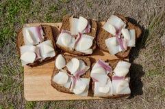 Сандвичи черного хлеба с беконом Стоковые Фотографии RF
