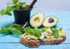 Сандвич авокадоа на деревянной винтажной таблице Стоковые Фото