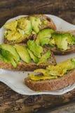 Сандвич авокадоа на таблице Стоковые Изображения