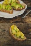 Сандвич авокадоа на таблице Стоковые Фото