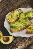 Сандвич авокадоа на таблице Стоковая Фотография
