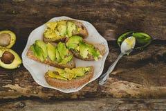 Сандвич авокадоа на таблице Стоковые Изображения RF