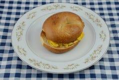 Сандвич бейгл взбитого яйца Стоковое фото RF
