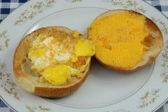 Сандвич бейгл сыра яичницы Стоковые Фотографии RF