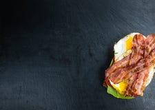 Сандвич бекона и яичка & x28; селективное focus& x29; Стоковое фото RF