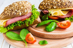 Сандвич бургера с ветчиной, сыром, томатами и салатом Стоковое Изображение RF