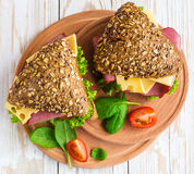 Сандвич бургера с ветчиной, сыром, томатами и салатом Стоковая Фотография RF