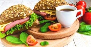 Сандвич бургера с ветчиной, сыром, томатами и салатом Стоковая Фотография