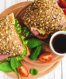 Сандвич бургера с ветчиной, сыром, томатами и салатом Стоковое Изображение