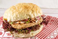 Сандвич бургера с салатом Стоковые Фотографии RF