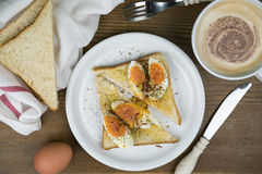 Сандвич вареного яйца с свежим кофе Стоковые Изображения RF