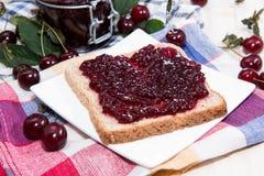 Сандвич варенья вишни на древесине Стоковые Изображения RF
