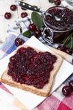 Сандвич варенья вишни на древесине Стоковое Изображение