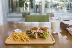 Сандвич ветчины и сыра с фраями и молоком француза стоковые фото
