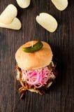 сандвич вытягиванный свининой Стоковые Фотографии RF