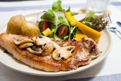 Сандвич в белом блюде на деревянном столе стоковые изображения rf