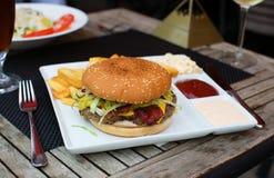 Сандвич гамбургера, который служат с французскими фраями Стоковая Фотография