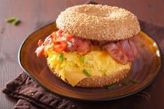 Сандвич завтрака на бейгл с сыром бекона яичка Стоковое Фото