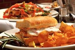 сандвич зажженный цыпленком Стоковое Изображение RF