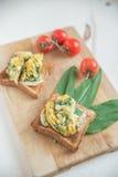 Сандвич здорового взбитого яйца и одичалого чеснока Стоковое фото RF