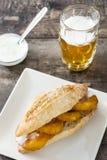 Сандвич и пиво Calamari Стоковое фото RF