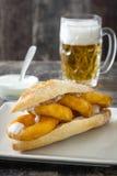Сандвич и пиво Calamari Стоковое Изображение RF