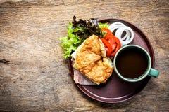 Сандвич кофе и завтрака на деревянной предпосылке Стоковые Изображения RF