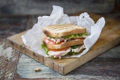 Сандвич клуба цыпленка с салатом и томатом Стоковое Фото