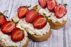 Сандвич клубники и творога, конца вверх Стоковое Фото