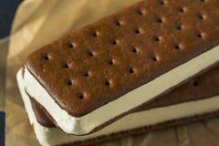 Сандвич мороженого сладостного шоколада и ванили Стоковое фото RF